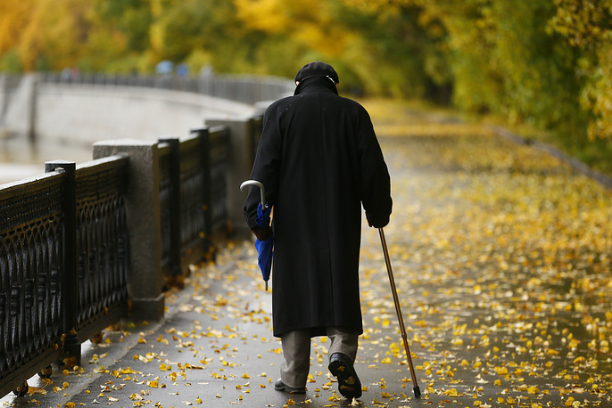 An elderly man walking along the Vorobyevskaya embankment