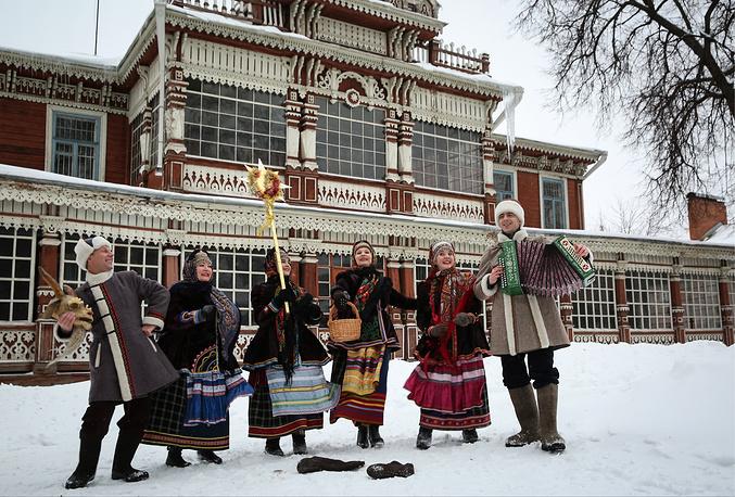 People singing Christmas carols in Ryazan, Russia