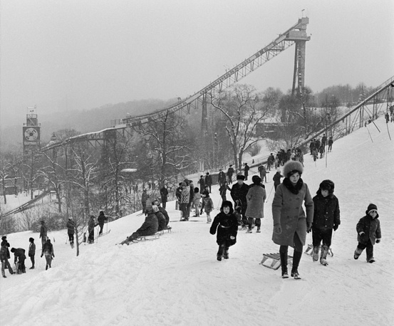Muscovites spend their weekend on the Lenin Hills, 1977