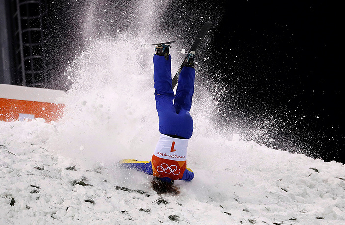Xu Mengtao of China crashes during women's freestyle skiing final