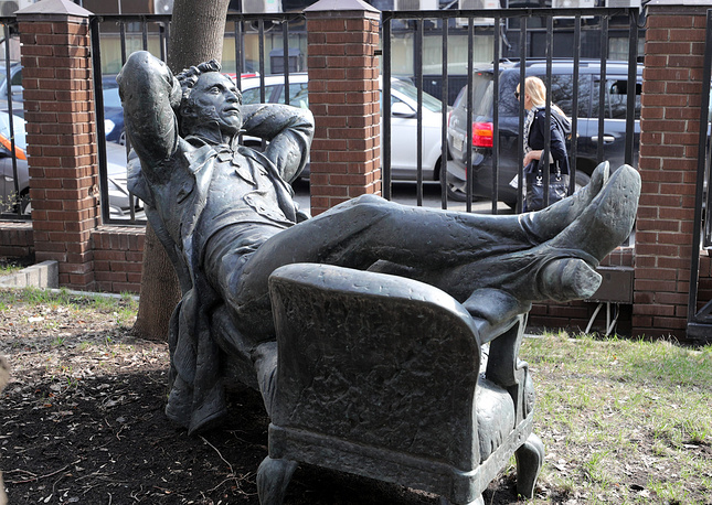 """A monument titled """"Resting Pushkin"""" in Moscow"""