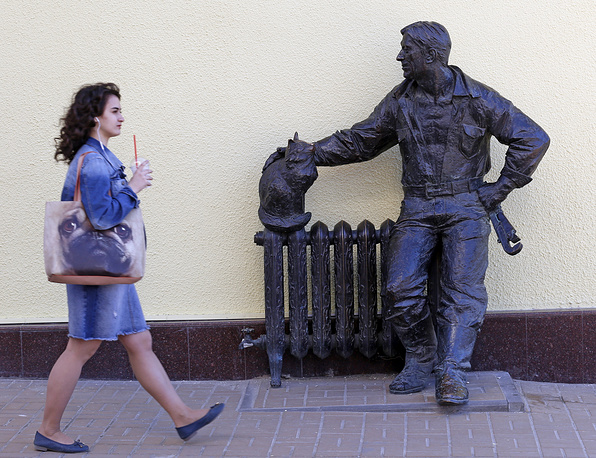 """A monument titled """"A plumber and a cat"""" in Rostov-on-Don"""
