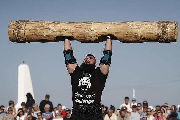 Strongmen display their might in the annual Atmanovskie Kulachki festival