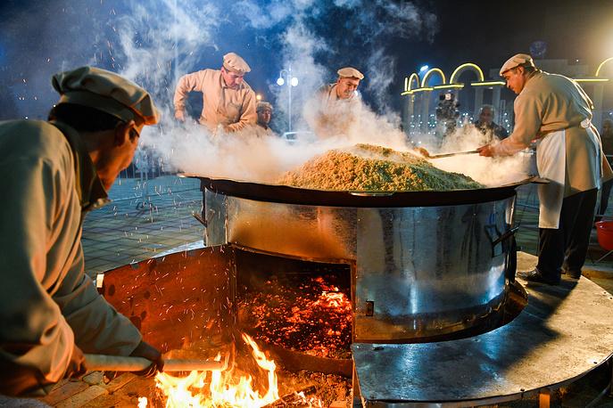 Cooks making pilau as part of the Oshi Palav festival in Ferdowsi Park, Dushanbe, November 10