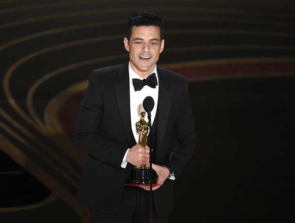 """Rami Malek accepts the award for best performance by an actor in a leading role for """"Bohemian Rhapsody"""""""