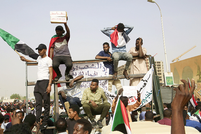 Sudanese people heading towards the Army headquarters in Khartoum, Sudan