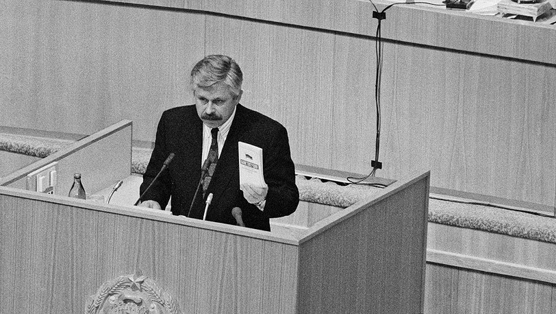 Alexander Rutskoy takes oath of the President of the Russian Federation at a rush meeting of the Supreve Soviet of Russia, which followed a televised address to the nation made by Boris Yeltsin. Photo ITAR-TASS/ Valentin Kuzmin