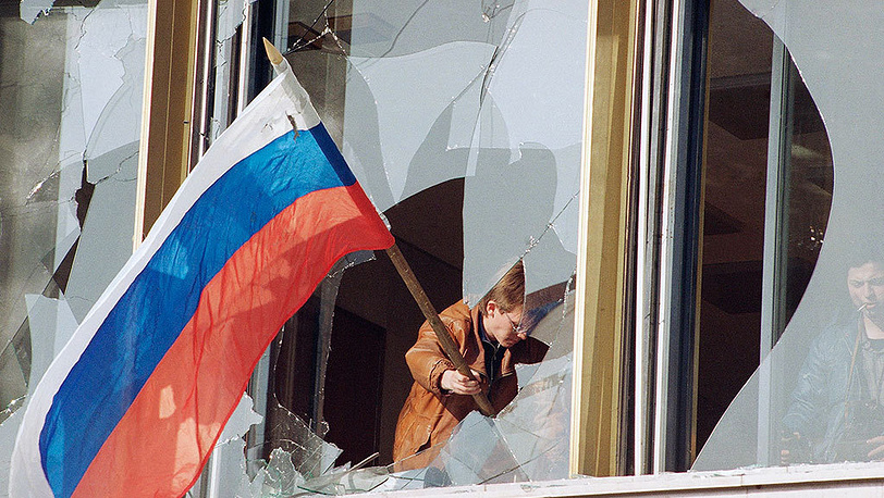 Muscovites erect flag of the Russian Federation after events which transpired October 3 and 4. Photo AP Photo/Alexander Zemlianchenko