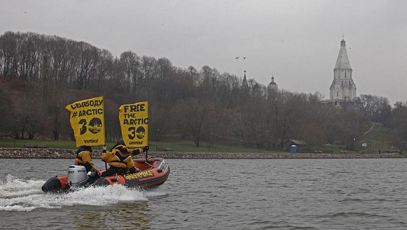 Акция в поддержку задержанного экипажа судна Arctic Sunrise в Москве, 6 ноября 2013 г. Фото Пресс-служба Гринпис России