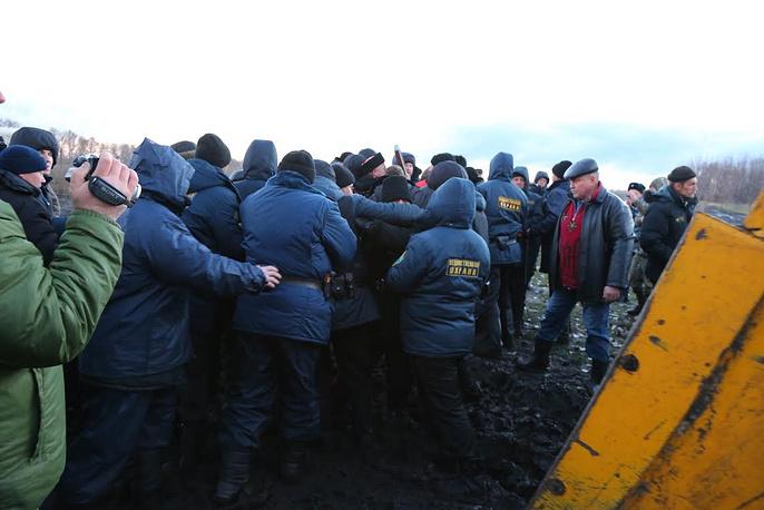 Агрессивно настроенная толпа попыталась сорвать возобновление геологоразведочных работ в Новохоперском районе