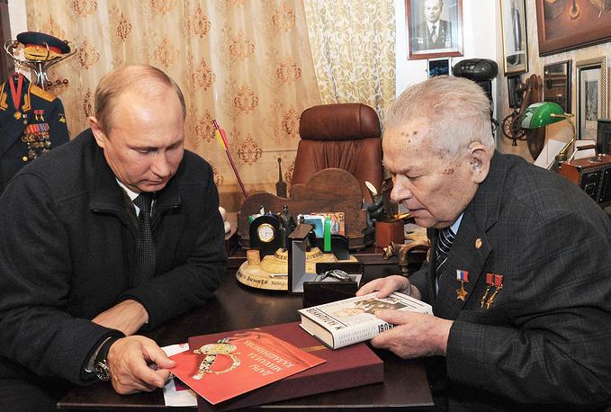 2013 г. Президент России Владимир Путин и 93-летний Михаил Калашников дома в Ижевске, Удмуртия.