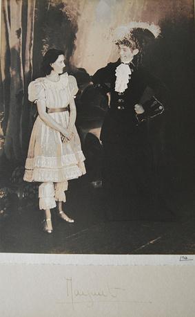 Королева Елизавета II и принцесса Маргарет. 1944 год