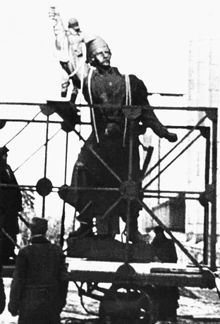 Разрушение нацистами памятника Килинскому, Польша, сентябрь 1943