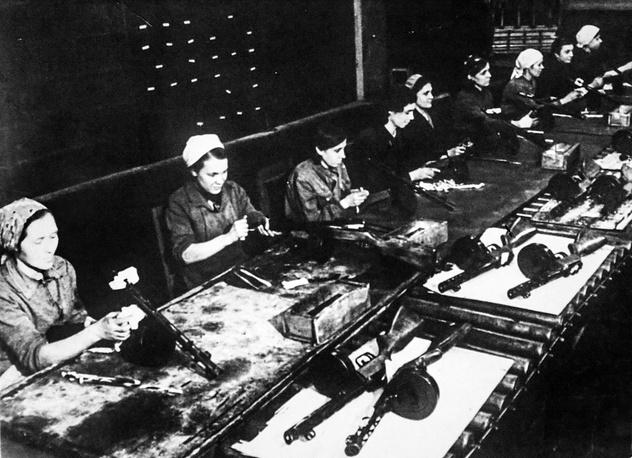 """Конвеерная  сборка автоматов """"ППШ"""". Октябрь 1944 г."""