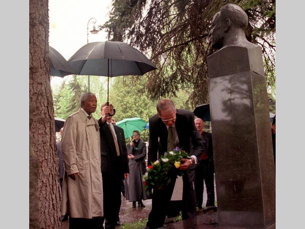 Нельсон Мандела (слева) во время посещения Новодевичьего кладбища в Москве, 1999 г.