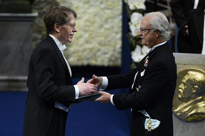 Король Швеции Карл XVI Густав /справа/ вручает премию Государственного банка Швеции памяти Альфреда Нобеля Питеру Хансону