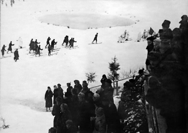 Старт пробега лыжников. 1943 г.
