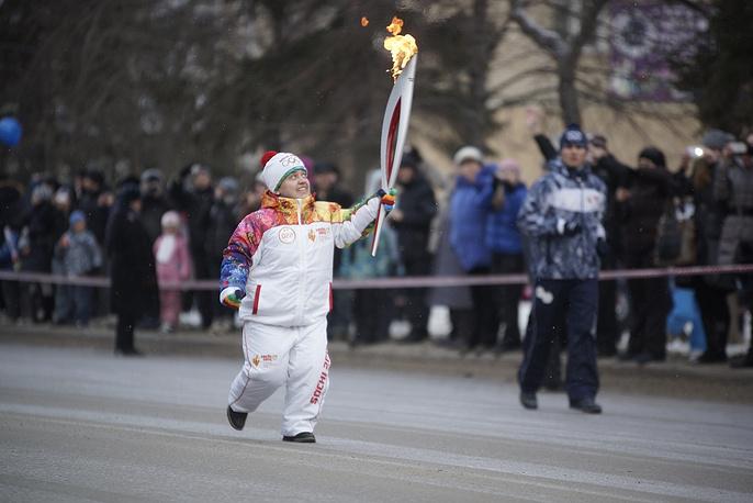 Двукратный серебряный призер Паралимпийских игр Олеся Лафина  во время эстафеты Олимпийского огня в Каменске-Уральском