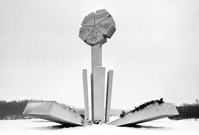 """Памятник детям, погибшим во время ленинградской блокады, установленный на 3-м километре легендарной """"Дороги жизни""""."""