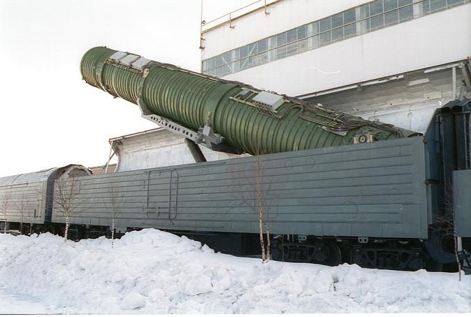 """Подьем пусковой установки (на снимке) межконтинентальной баллистической ракеты на твердом топливе РС-22В/СС - 24 """"Скальпель"""". 2002 год"""