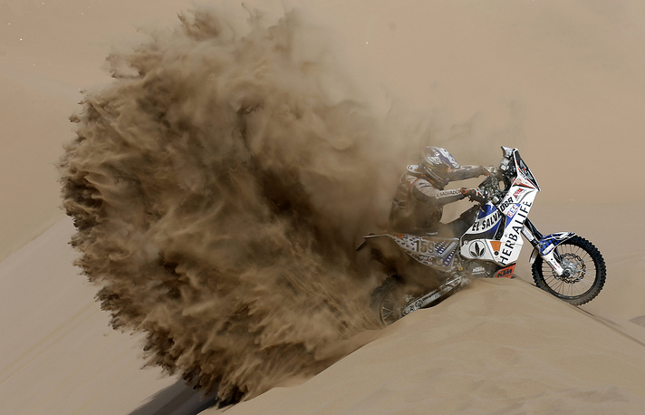 Мотогонщик Хорхе Агилар на этапе ралли «Дакар-2013» в Чили. 10 января 2013 года