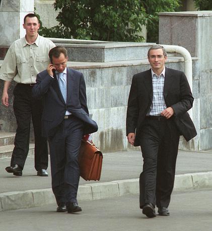 """4 июля 2003. Михаил Ходорковский (справа) выходит из здания Генпрокуратуры, где он давал свидетельские показания по делу о хищении в 1994 году 20-процентного пакета акций принадлежащей государству компании """"Апатит"""" стоимостью более 283 миллионов долларов."""