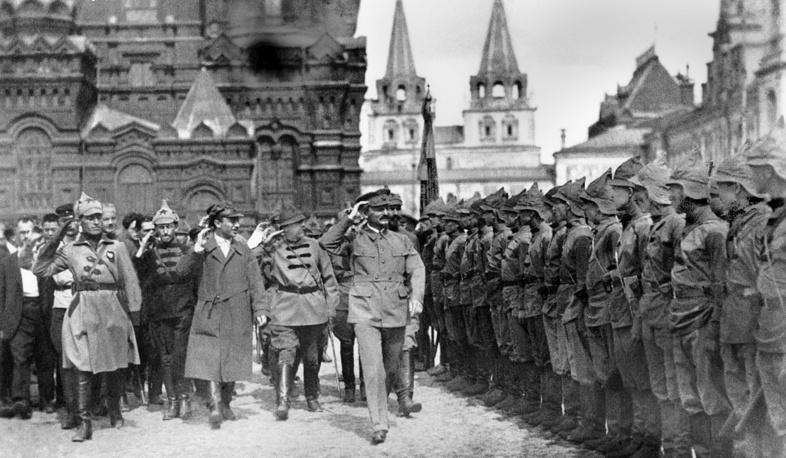 Москва. Советские политические деятели Л.Троцкий Э.Склянский и другие принимают военный парад.