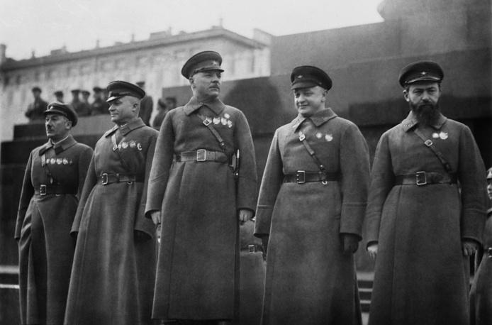 Советские военачальники Ян Гамарник, Михаил Тухачевский, Климент Ворошилов, Александр Егоров и Генрих Ягода (справа налево) у Мавзолея В.И.Ленина 1935