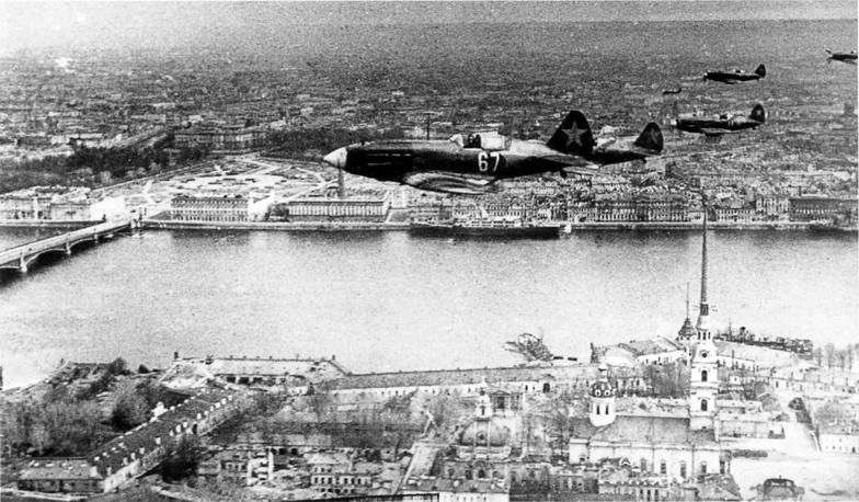 Истребители МиГ-3 над Петропавловской крепостью.