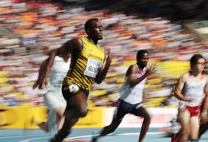 Ямайский спортсмен Усэйн Болт участвует в забеге на 200 м на чемпионате мира по легкой атлетике в Москве