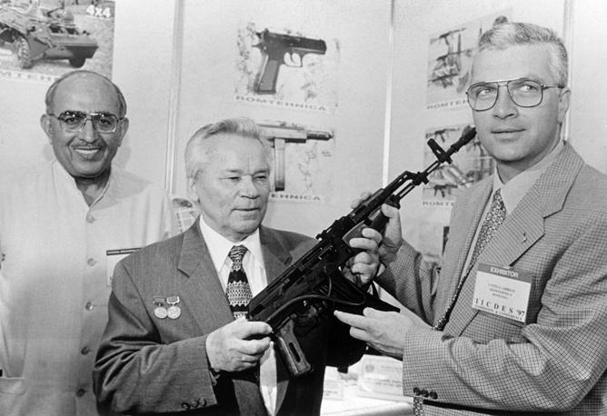 1997 г. Индия. Михаил Калашников рассматривает один из экспонатов третьей Международной выставки вооружений в Дели.