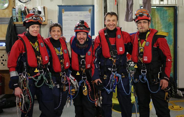 Сини Саарела, Камилла Эспесиале, Фил Болл, Томаш Демьянчик и Марко Вебер перед началом акции в Печорском море