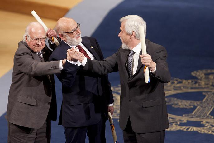 Нобелевские лауреаты в области физики в 2013 году - британец Питер Хиггс (слева) и бельгиец Франсуа Энглер (в центре)