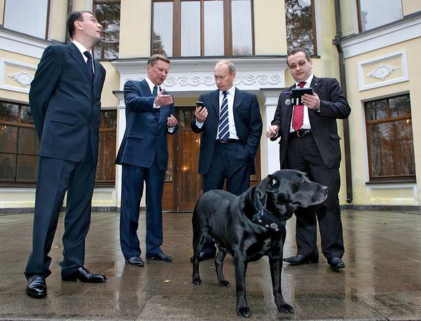 Вице-премьер Сергей Иванов  дает разъяснения Владимиру Путину. 17 октября 2008 г.