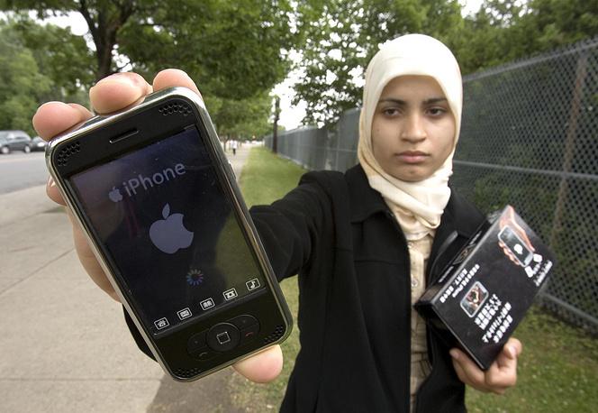 Девушка показывает поддельный iphone