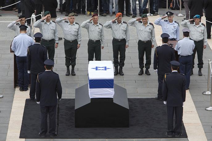 Гроб с телом Ариэля Шарона возле парламента Израиля в Иерусалиме