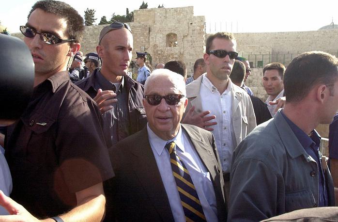 Ариэль Шарон во время посещения Храмовой горы в Иерусалиме, 28 сентября 2000 г.