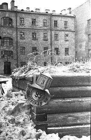Табличка  дома ул. Лиговская, 95 в ленинградском дворе. Улица Лиговская — ныне Лиговский проспект Санкт-Петербурга.