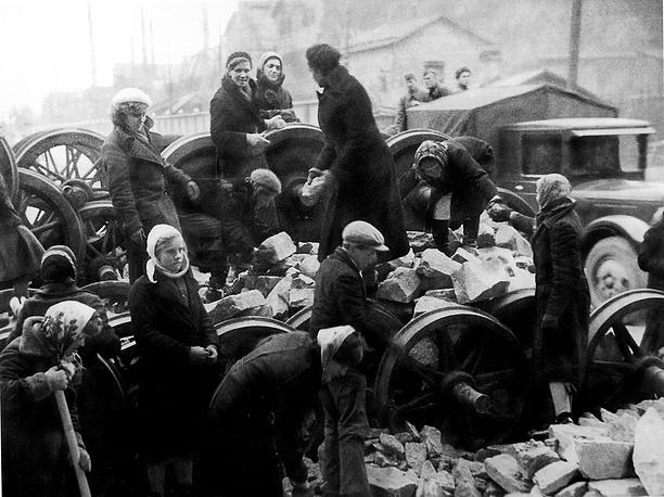Ленинградцы на строительстве баррикады у Кировского завода.