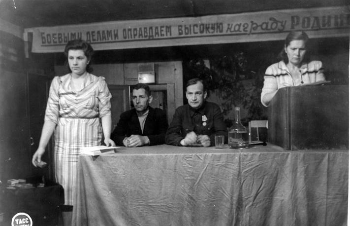 Вручение медалей за оборону Ленинграда. 1943 г.