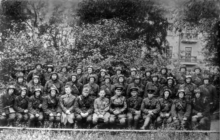 Группа добровольцев танкового батальона. В центре директор завода И.Зальцман и секретарь парткома М.Козин.