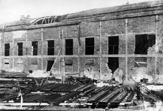 Новочугунный цех  Кировского завода после  бомбежки. 1943 г.