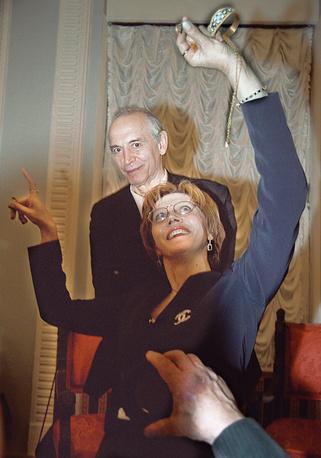 Актриса Ирина Купченко демонстрирует колье, подаренное ее супругу Василию Лановому на юбилейном вечере в честь его 70-летия в театре им. Вахтангова. Январь 2004