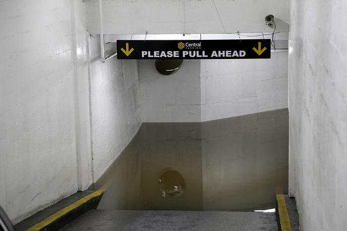 Затопленный подземный гараж рядом с местом аварии водовода в Нью-Йорке, среда, 15 января 2014 года