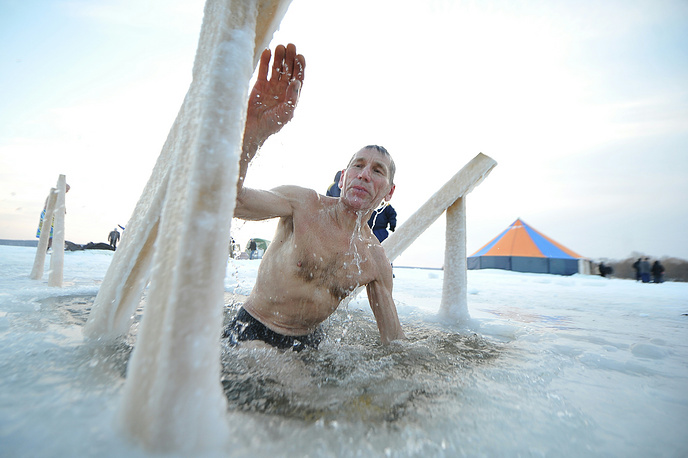 Крещениские купания в озере Шарташ в Екатеринбурге