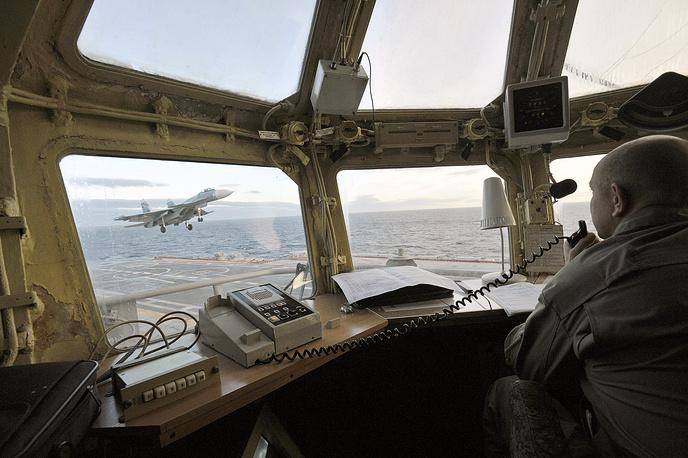 """Корабельный истребитель Су-33 заходит на посадку на борт авианосца """"Адмирал Кузнецов"""" в Баренцевом море."""