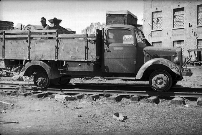Немецкий грузовик на рельсах железной дороги, 1942 год