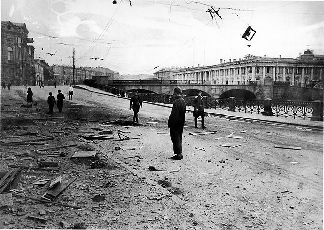 Набережная реки Фонтанки в Ленинграде после артобстрела
