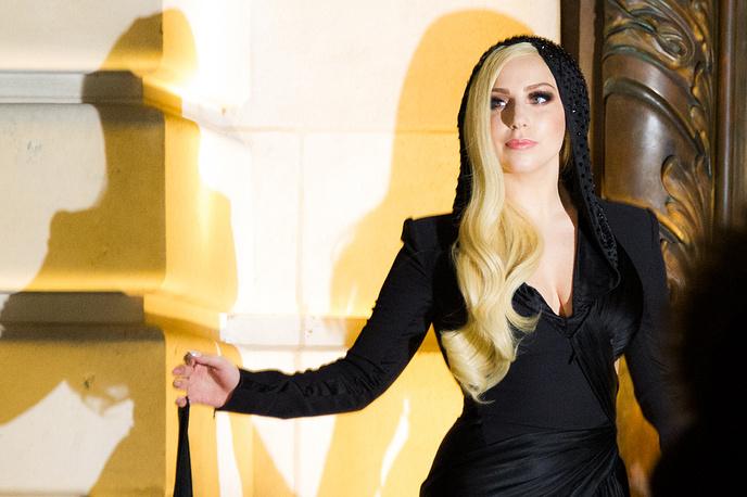 Певица Леди Гага во время показа коллекции дома моды Versace