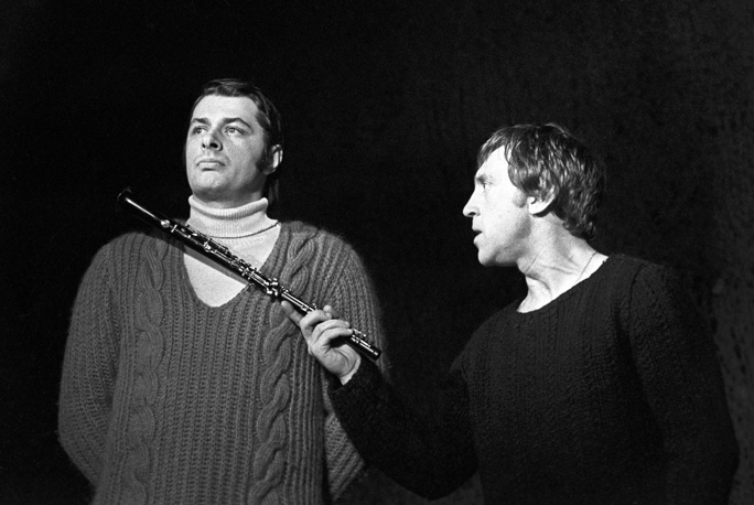 """Владимир Высоцкий и Александр Вилькин в спектакле """"Гамлет"""", 1971 г."""